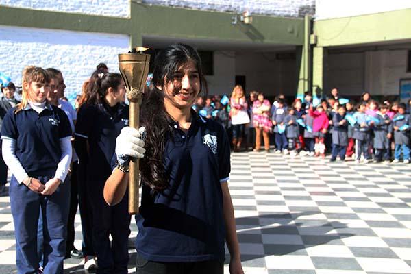 La antorcha encendida, en uno de los colegios durante la recorrida