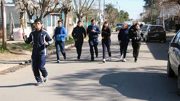 Los alumnos trasladaron la antorcha de una escuela a otra