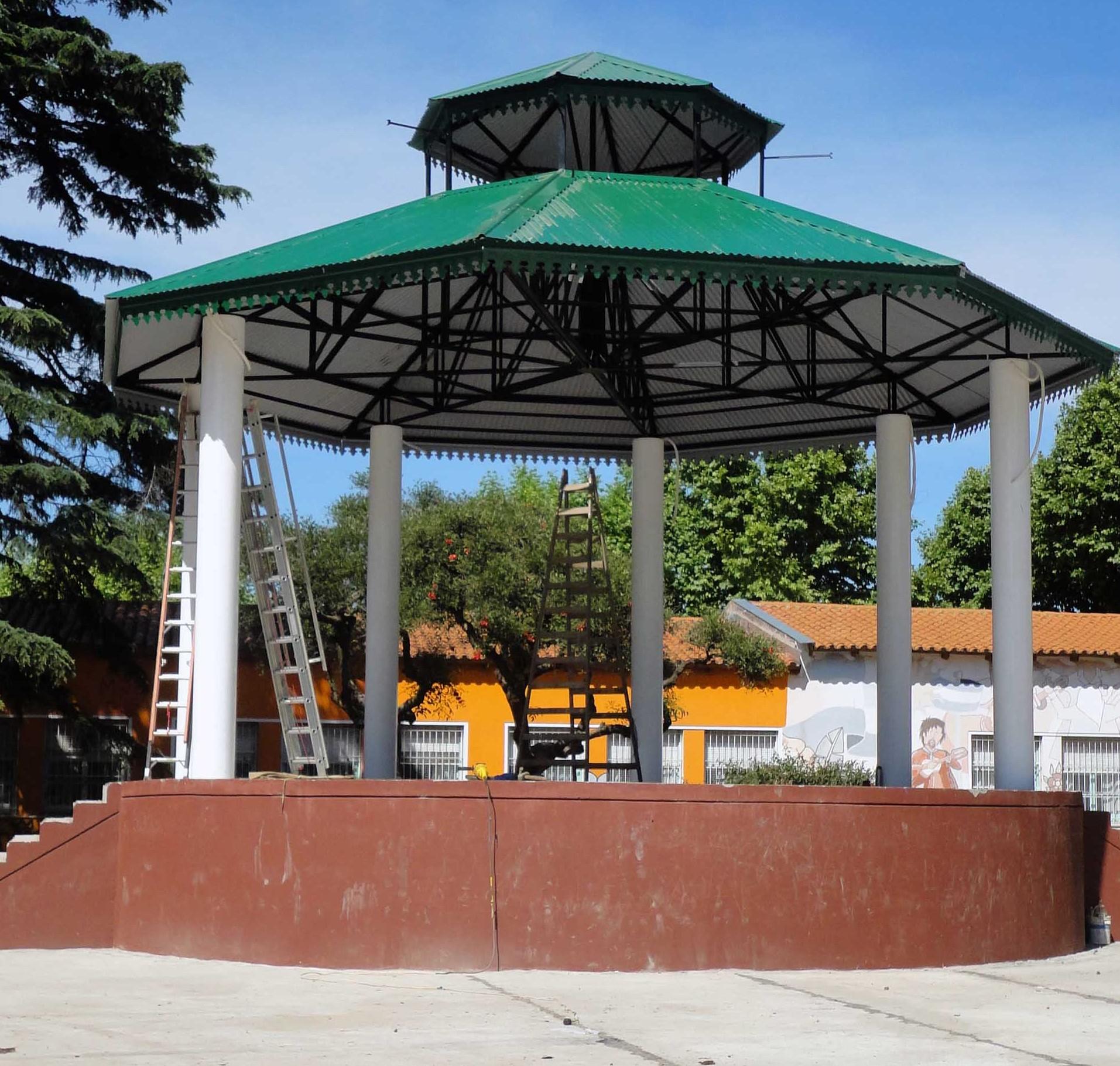 """Se colocó el techo del nuevo escenario de la """"Plaza de las Carretas"""""""