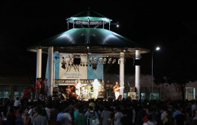Ante miles de jóvenes, se presentó San Miguel Rock en la Plaza de las Carretas