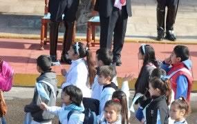 Los chicos saludaron al Intendente luego de prometer lealtad a la Bandera