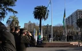 En la Plaza de San Miguel se izaron las banderas