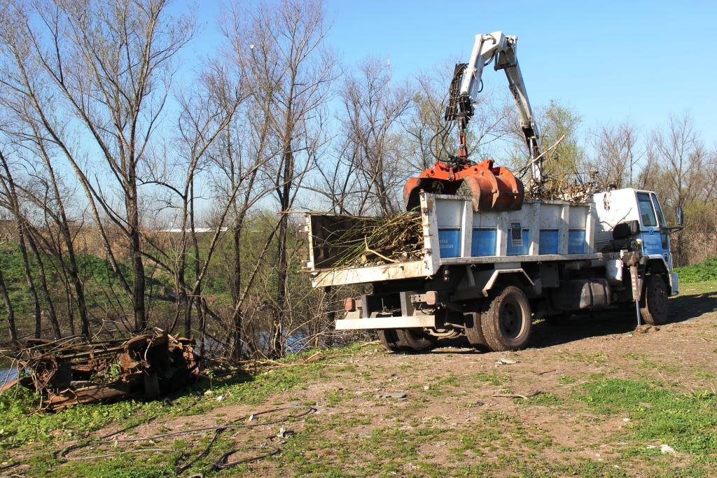 Se juntaron autos abandonados y chatarras pesadas que estaban a la vera del río