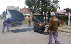 Continúan las tareas de bacheo de asfalto