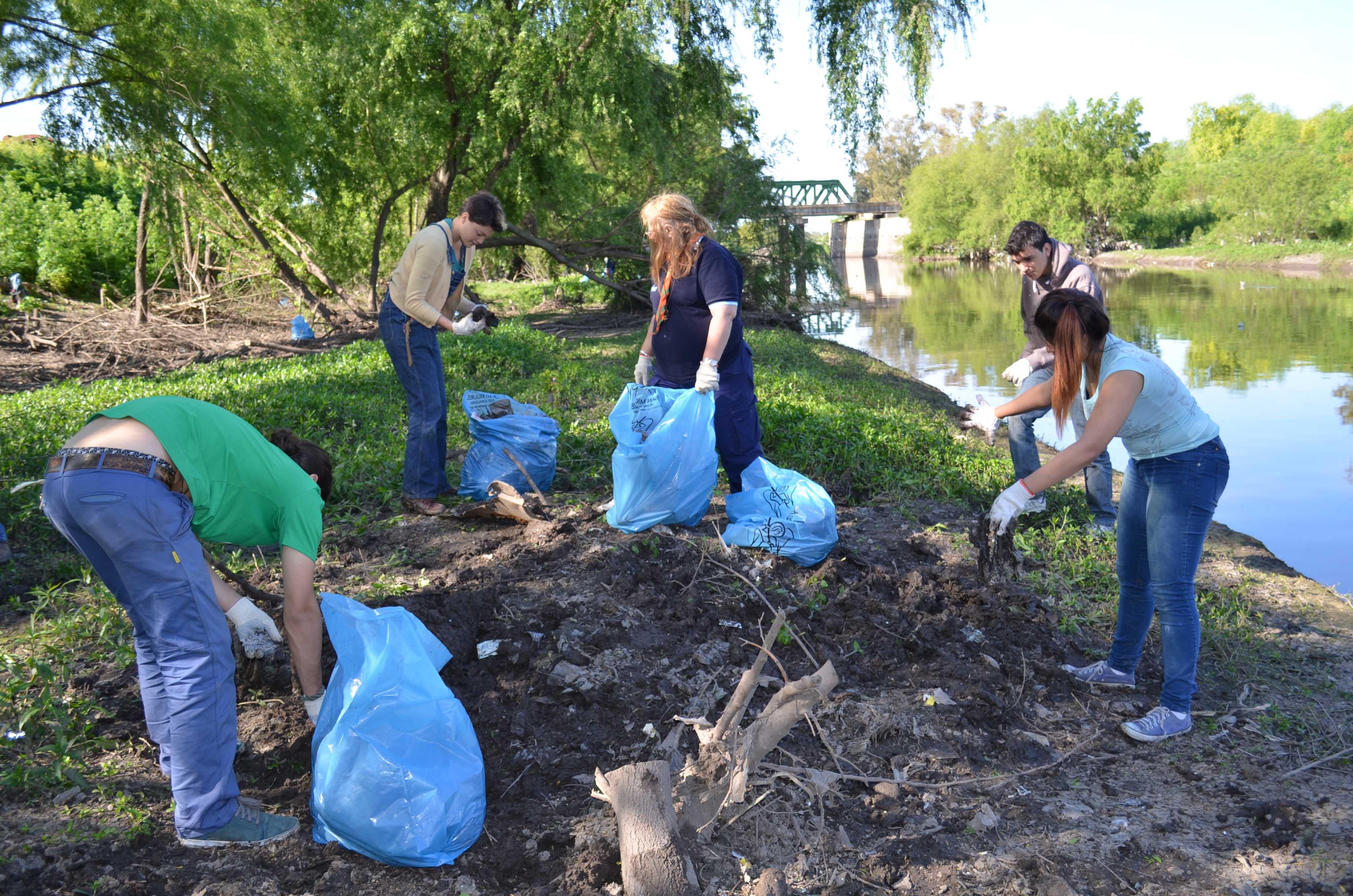 2-Voluntarios realizando la limpieza manuela en la vera del Rio Reconquista