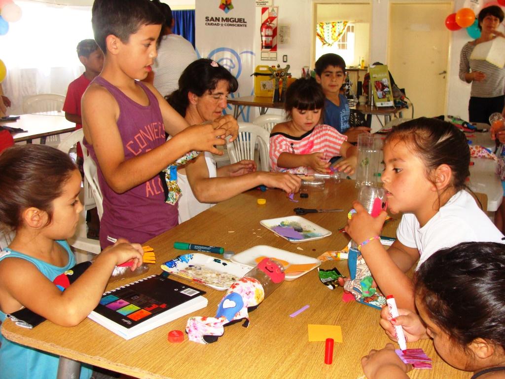 Los chicos de Barrio Mitre realizaron juguetes con materiales reciclables