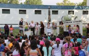 """La obra de teatro """"El Arte de Reciclar"""" visitó las colonias de verano"""