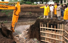 La máquina excavadora abrió el paso al nuevo conducto para cmabiar el cauce del agua
