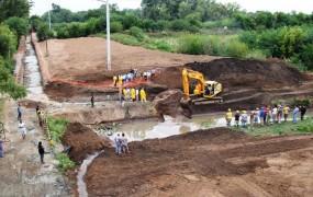 Una vista panorámica del canal de agua que ahora drenará por el nuevo conducto