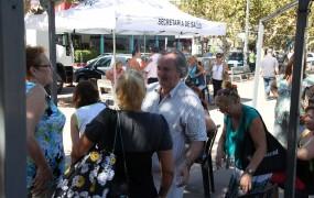 En el día de la Mujer, el jefe comunal pasó por la Plaza de San Miguel a saludar a quienes esperaban para atenderse en el consultorio móvil de Salud