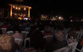 La interpretación de la obra de Piazzolla y Vivaldi cautivó a miles de vecinos