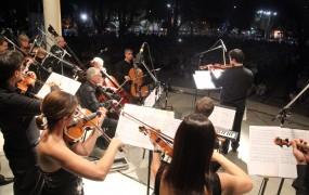 La orquesta de cámara se presentó en la plaza de las carretas