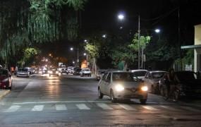La calle Sarmiento fue iluminada con nuevas columnas y luces blancas desde Roca hasta Conesa