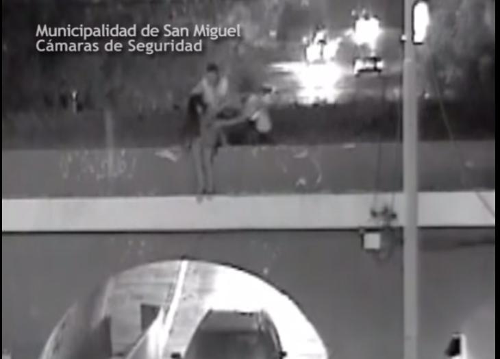 Estaba a punto de suicidarse, pero la salvaron dos inspectores de tránsito