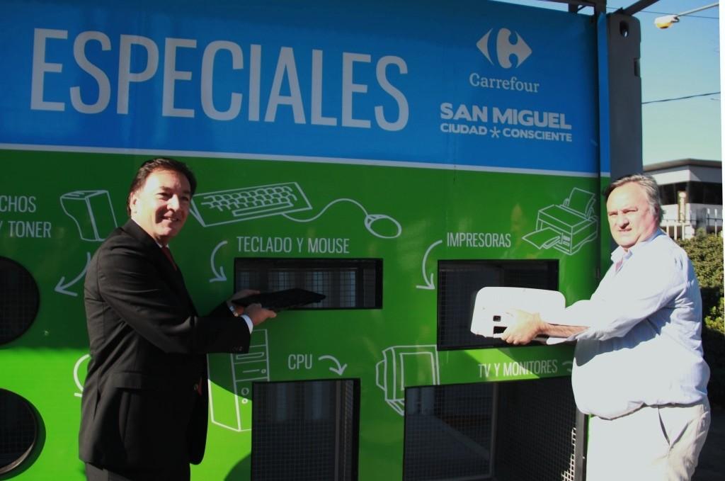 Joaquín de la Torre y Carlos Velasco, Director de Responsabilidad Social Empresaria de Carrefour, estrenando el ecopunto de residuos electrónicos