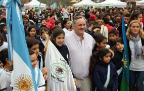 Joaquín saludó a los chicos en la Plaza de las Carretas