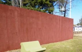 Banco y paredón recién pintados