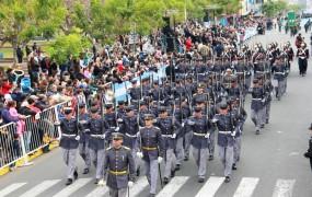 Cada institución que desfiló saludó al palco oficial dispuesto sobre Perón entre Balbín y Belgrano