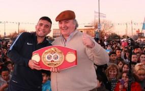 El campeón junto al jefe comunal, exhibiendo su cinturón