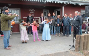 En el centro cultural reconquista los alumnos aprenden violín, guitarra y piano, entre otros instrumentos musicales