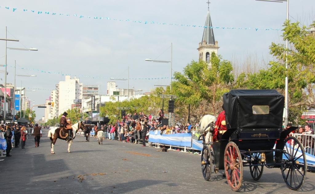 Con un espectacular despliegue, San Miguel celebró el Día de la Independencia con un desfile cívico militar
