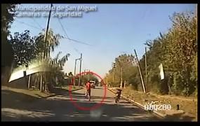 Insólito: Ladrón intenta escapar tirándose de la moto en movimiento