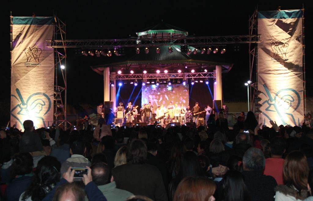 Con la entrega de premios de las Olimpiadas Juveniles y un espectacular show de música, continuó la celebración de las Fiestas Patronales