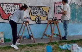 Los vecinos realizan murales y otras mejoras