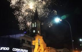 El cielo iluminado a la altura de la catedral