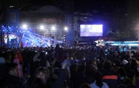 La pantalla gigante proyectó las imágenes en vivo del recital