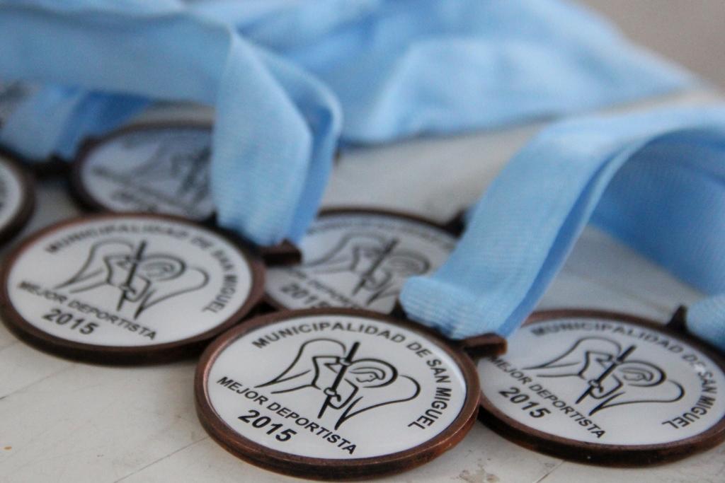 Junto a toda la comunidad educativa de San Miguel, Joaquín de la Torre entregó los premios a los mejores deportistas del año