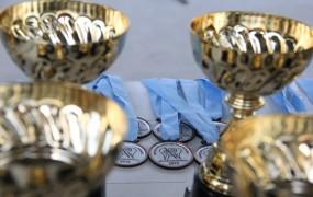 Las copas institucionales que recibieron los mejores deportistas