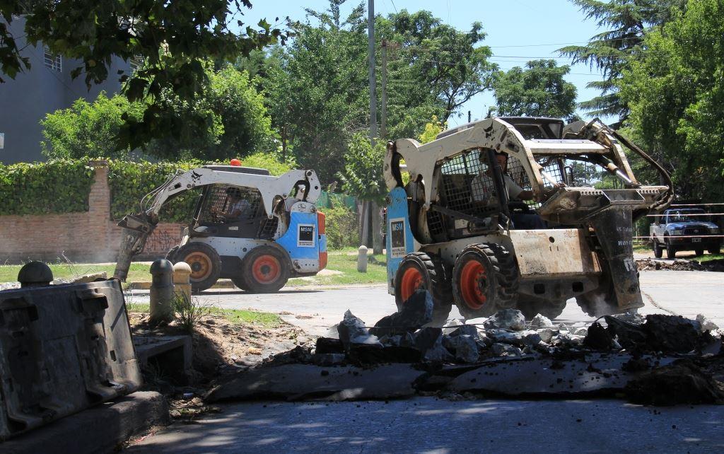 Informamos a los vecinos que se está llevando a cabo una obra que resolverá el problema de acumulación de agua en la zona de Pardo entre Ameghino y las vías.