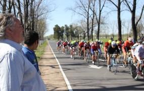 Competencia de ciclismo en el velódromo municipal