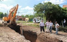 Joaquín recorrió el avance de la obra hidráulica en barrio mitre