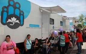 Un tráiler de Salud recorre San Miguel con el eje puesto en la prevención del cáncer femenino
