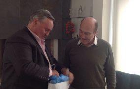 Joaquín fue recibido por el intendente de Montevideo, Daniel Martínez, quien le hizo un regalo de protocolo