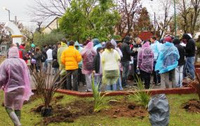 Decenas de voluntarios colaboraron en la mejora de la plaza