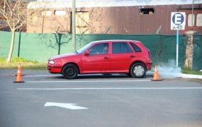 Los principiantes rindiendo el examen de estacionamiento