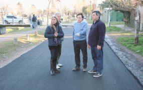 Jaime Méndez en obras de asfaltos en Barrio Obligado