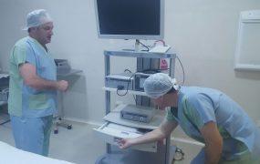 el-secretario-de-salud-con-la-nueva-aparatologia-del-hospital-larcade