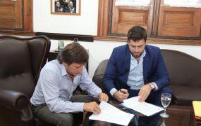 Jaime Méndez y Lucas Delfino en la firma del convenio