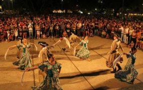 Danzas típicas en la Plaza de las Carretas
