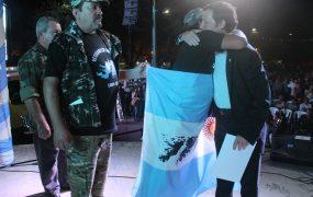 Jaime Méndez con veteranos de guerra en la vigilia por Malvinas