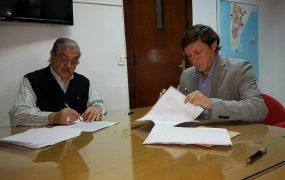 Jaime Méndez y Jorge Sábato en la firma del convenio
