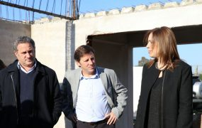El secretario de Salud Pablo de la Torre junto al intendente y la gobernadora